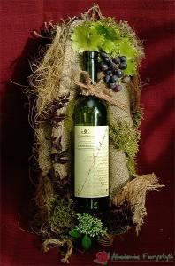 Ozdobne pakowanie butelek - dekoracja z winogronem