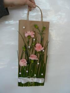 Pakowanie prezentów do zdobionej ręcznie torby
