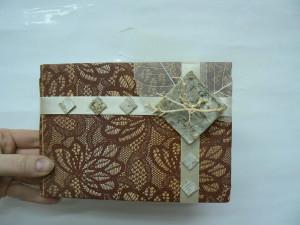 Pakowanie prezentów ze zdobną gałązką