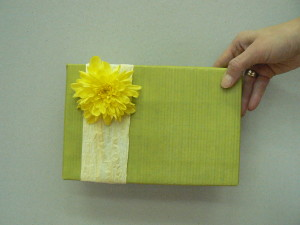 Pakowanie prezentu żółty kwiat