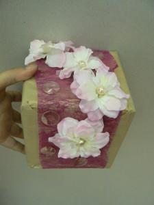Pakowanie prezentu w papier i zdobienie kwiatami z perłami