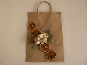 Pakowanie prezentu w torbę z suszem owocowym