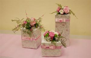 Pakowanie prezentów jako dekoracja na stół weselny
