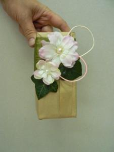 Prezenty ozdobiony kwiatem z perłą