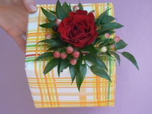 Prezent zapakowany w żółtą kratę z różą