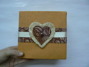 Proste pakowanie prezentów z ozdobą w kształcie serca