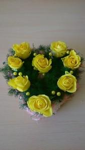 Serce na grób z żółtymi różami