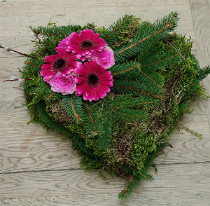 Serce na grób z fioletowymi kwiatami