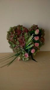 Serce na grób z różowymi różami i perłami