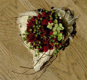 Serce na korze palmowej - kompozycja żałobna