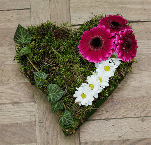 Serce na grób z kwiatami fioletowymi i białymi