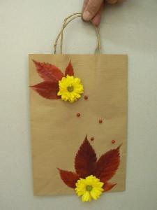 torebka-na-prezent-ozdobionTorebka na prezent ozdobiona jesiennymi liśćmia-jesiennymi-liśćmi
