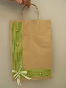 Torebka na prezent z zieloną kokardką