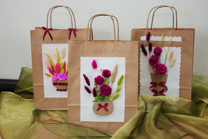Torebki prezentowe zdobione obrazkami naczyń z kwiatami