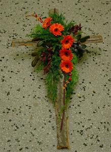 Wieniec pogrzebowy - krzyż z kwiatami pomarańczowymi