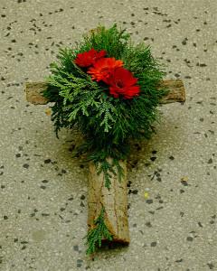 Wieniec pogrzebowy w formie krzyża