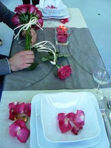 Dekoracja stołu z płatkami róży