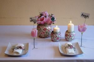 Biało-różowa dekoracja stołu z imionami