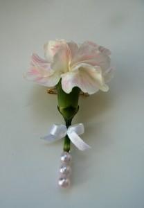 Biały kwiat do butonierki