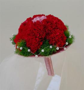 bukiet ślubny biedermeier z czerwonymi goździkami