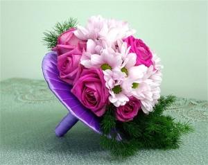 bukiet ślubny z fioletowymi różami