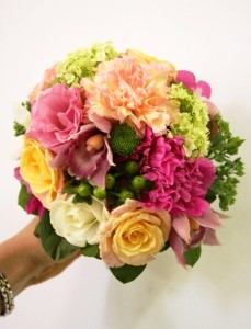 bukiet ślubny z róż i goździków