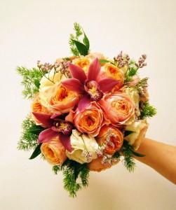 bukiet ślubny ze storczykiem i różami