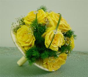 bukiet do ślubu na kryzie z żółtych róż