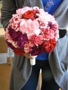 bukiet na mikrofonie z gożdzików i róż