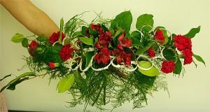 Bukiet okolicznościowy - łuk z czerwonymi kwiatami