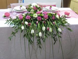Bukiet spływający na stół z róż i tulipanów