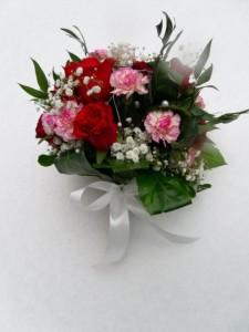 bukiet walentynkowy z różami, goździkami i gipsówką