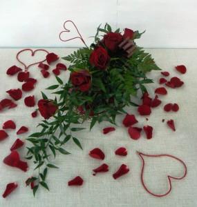 dekoracja na walentynki na stół z płatkami róż