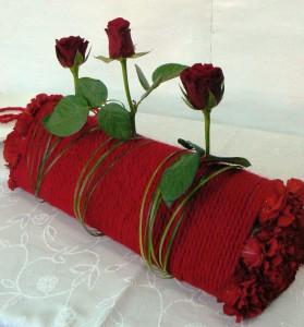 dekoracja na walentynkowy stół z róż i czerwonego sznurka