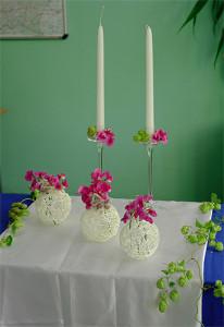 Dekoracja sali weselnej - świece i kule na stół