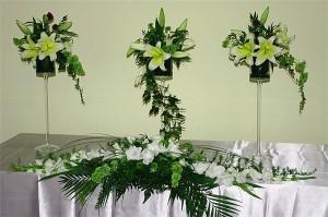 Dekoracje kwiatowe sal weselnych - stojaki z kwiatami