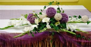 Dekoracja sali z gladioli, czosnku i ratanu
