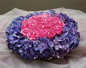 Dekoracja sali z kwiatów róż i hortensji