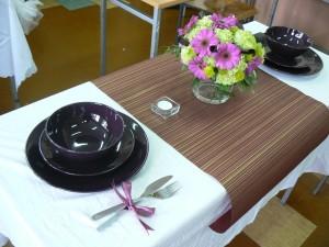 dekoracja stołu w tonacji fioletowo-zielonej