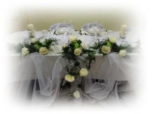 Dekoracja stołu z białymi różami