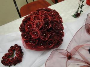 dekoracja stołu z czerwonymi różami