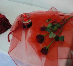 dekoracja walentynkowa na stół z różami