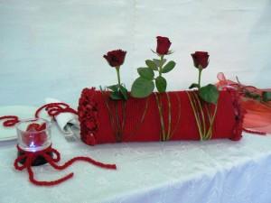 stół w walentynki - dekoracja z róż i sznurka