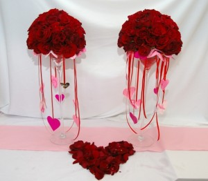 dekoracja walentynkowa z róż i płatków