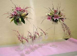 Kieliszki z kwiatami na stół weselny