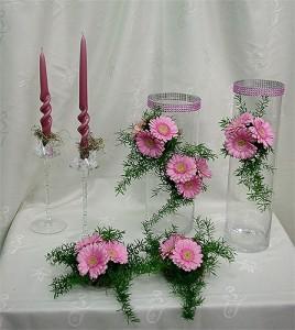 kompozycja kwiatowa ze świecami i gerberami