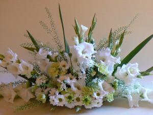 Kwiatowa ozdoba sali weselnej w białym kolorze