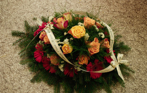 Pogrzebowa wiązanka z róż i gerberów