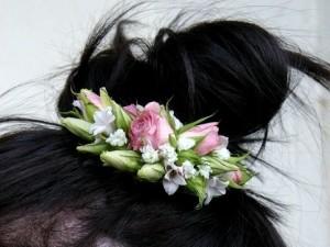 przypinka do włosów i różowe kwiaty