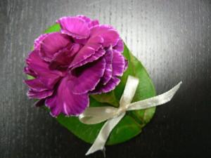 przypinka kwiatowa w kolorze ciemnoróżowym